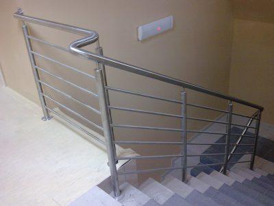 balustrada zestali nierdzewnej wewnątrz klatki schodowej